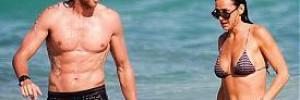Деми Мур с молодым бойфрендом на пляже