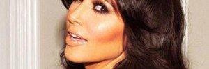 Ким Кардашьян примеряет цветные линзы