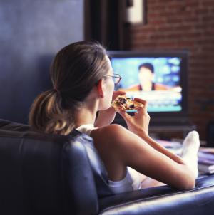 Час за телевизором отнимает 22 минуты жизни