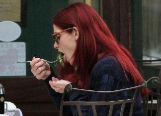 Эшли Грин перекрасила волосы в красный цвет