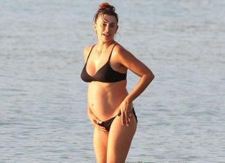Беременная Пенелопа Крус на пляже в бикини