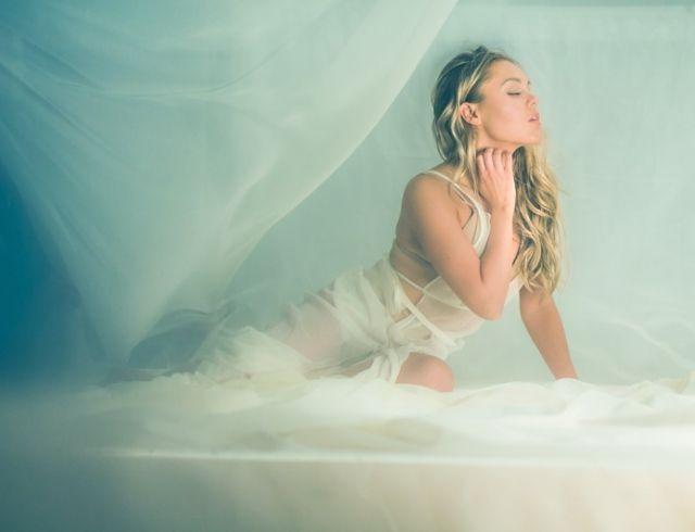 """Alyosha экранизировала историю о вечной любви: премьера клипа """"На фоні Париж"""""""