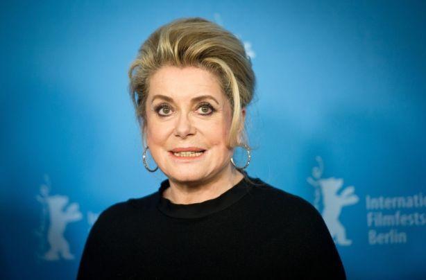 Катрин Денев призывает поддержать мужчин на фоне голливудских секс-скандалов