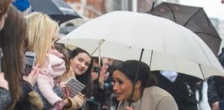 Меган Маркл промокла под дождем, но поговорила с маленькой фанаткой