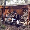 Солистка «Фабрики» уехала в деревню рубить дрова