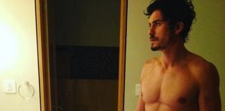 Орландо Блум показал, как выглядит без рубашки