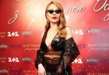 Ультрамодно: Тина Кароль вызвала фурор сексуальным пластиковым платьем (ФОТО)