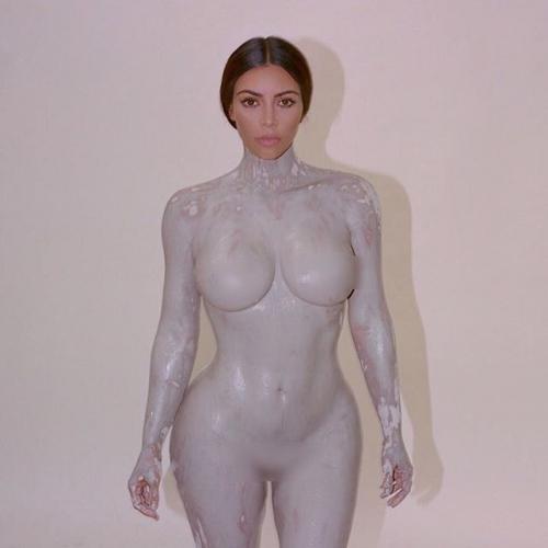 От скромности не погибнет: Ким Кардашьян презентовала духи, флакон которых повторяет формы ее фигуры (ФОТО)