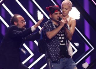 Скандал на Евровидении: фанат выбежал на сцену и отнял микрофон у участницы
