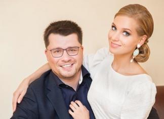 """""""А где розовое?"""": дочь Кристины Асмус и Гарика Харламова выбирает """"свадебное"""" платье"""