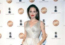 Романтика вернулась: Джоли вновь носит кружево и декольте