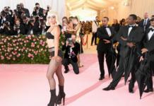 Леди Гага разделась на красной дорожке Met Gala