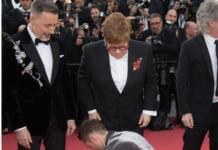 Звезда Kingsman завязал шнурки Элтону Джону на премьере в Каннах