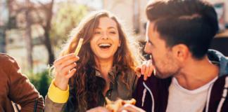 Доказано: треть женщин ходит на свидания только ради еды