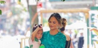Секси-мама: Крисси Тейген в откровенном платье гуляет с дочкой