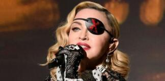"""Очень сексуальная"": Мадонна сделала шпагат лежа"