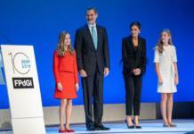 Модный вызов: королева Испании в брючном костюме с перьями